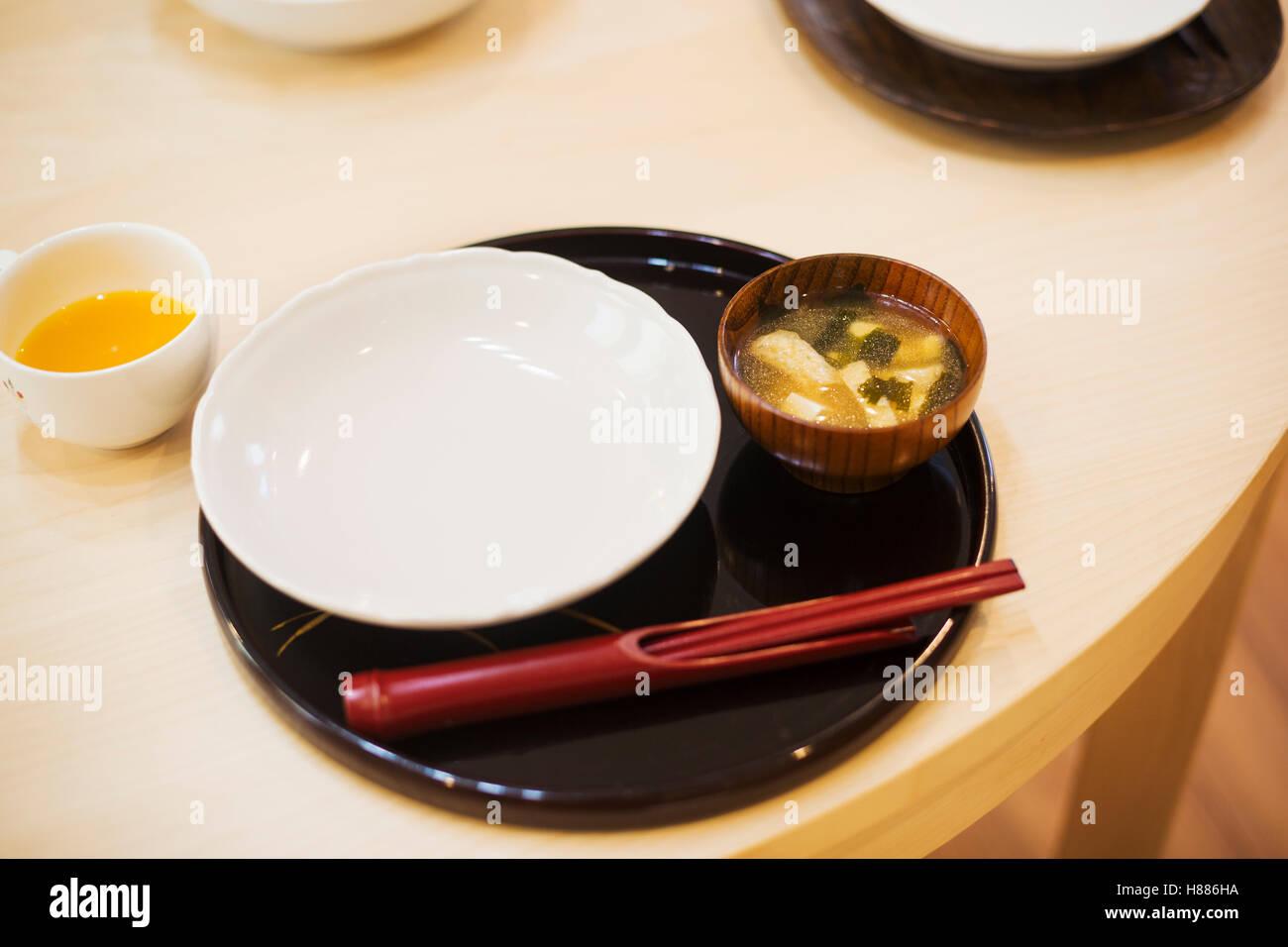 Haus der Familie. Ein Tisch legen für eine Mahlzeit. Matte, Schale und Stäbchen. Stockbild