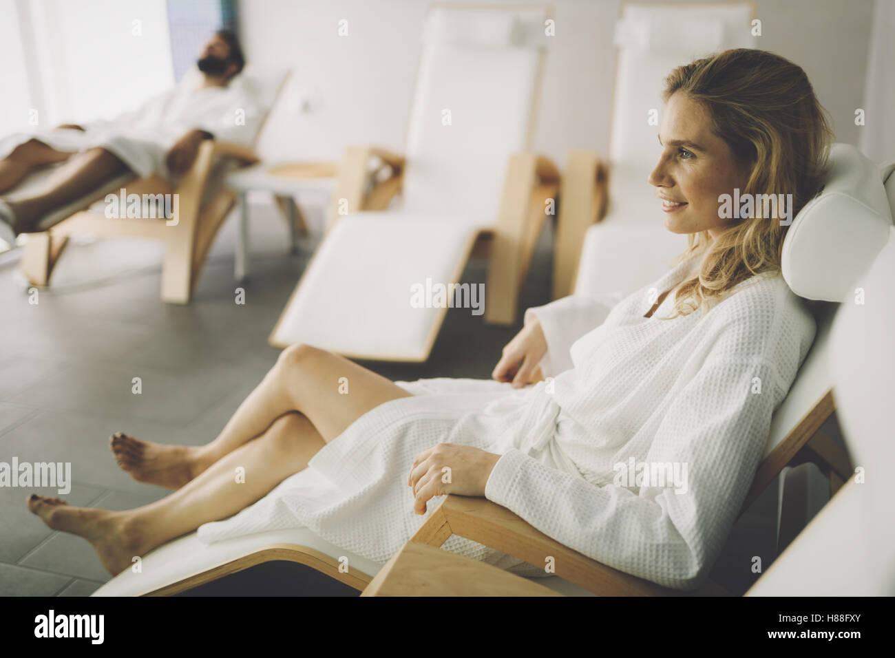 Schöne Frau im Bademantel im Wellnesscenter entspannen Stockbild