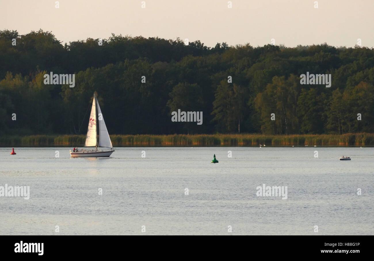 Boot auf der Havel in den sonnigen Tag in Deutschland Stockbild