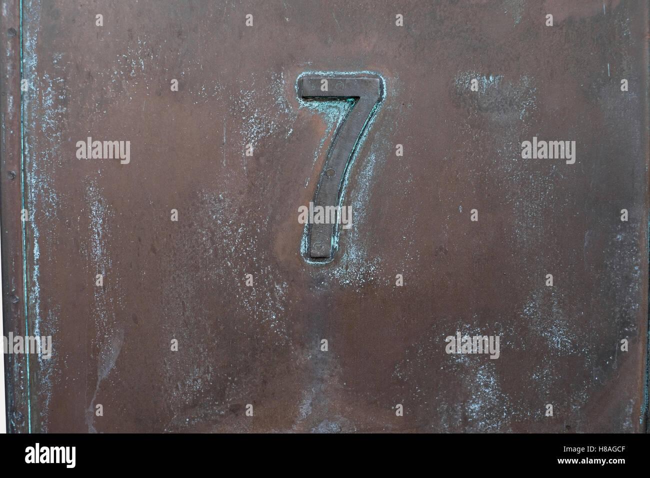 Nummer 7, sieben. In Metall Stockbild