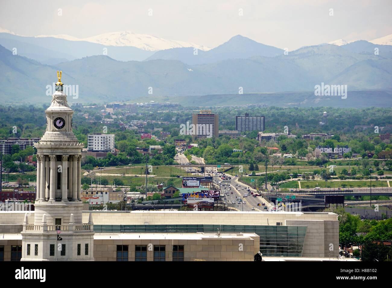 Denver-Rathaus-Turmuhr schließen mit Bergen im Hintergrund Stockfoto