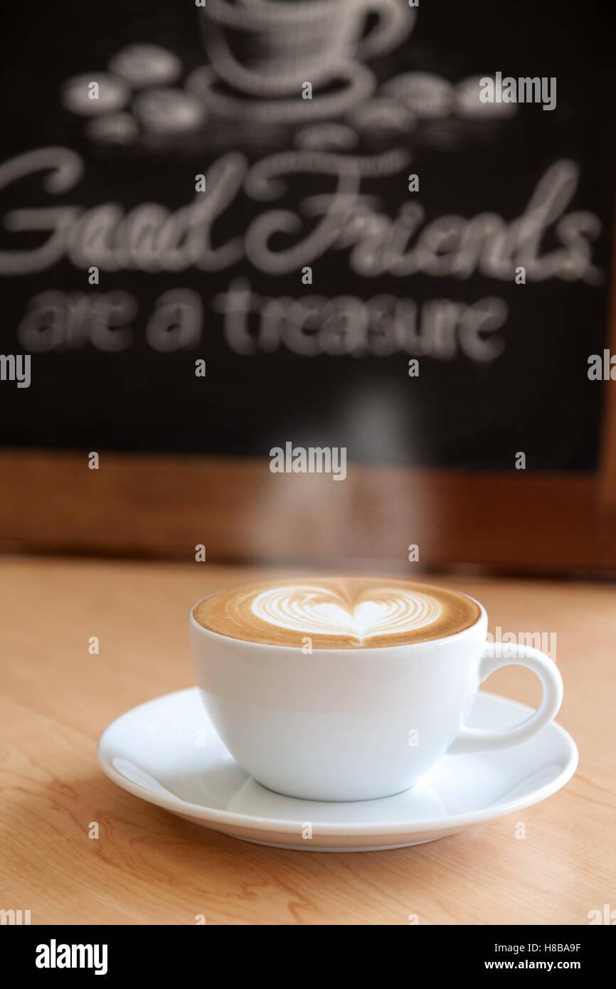 Gute Tasse Kaffee und gutes Zitat hinter Stockbild