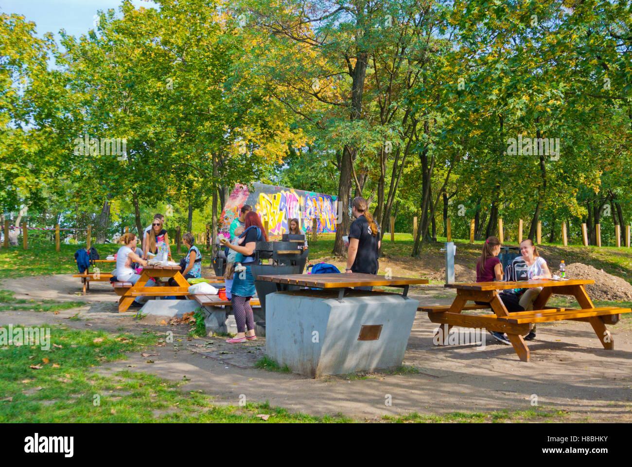 Kommunale Grillen und Essbereich, erstellt von der Stadtverwaltung von Prag 3, Paruká?ka Park, Zizkov, Prague, Stockbild