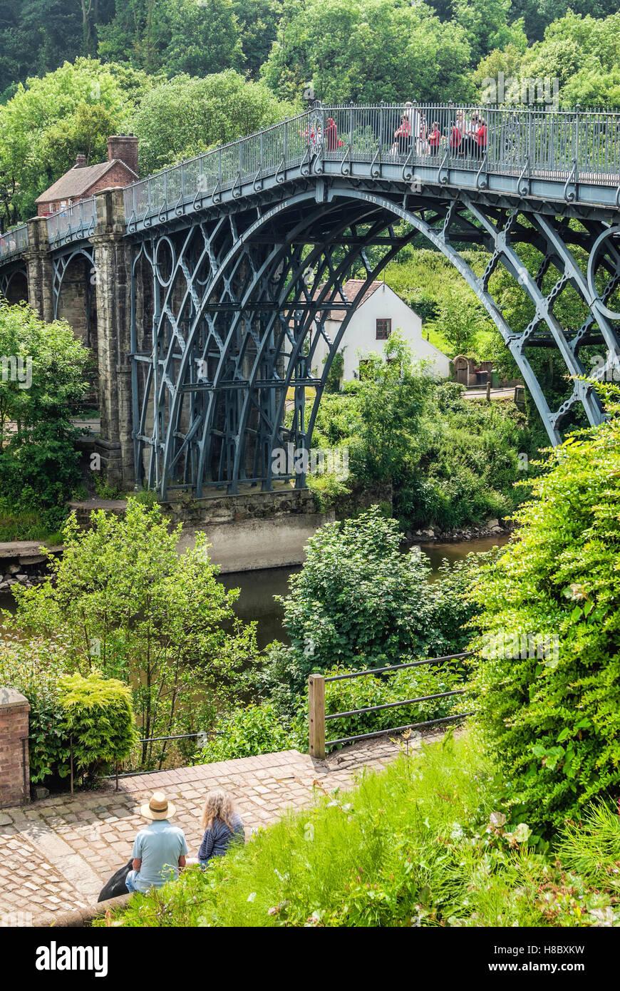 Die Eisen-Brücke überquert den Fluss Severn in Ironbridge Gorge, durch das Dorf Ironbridge, Shropshire, Stockbild