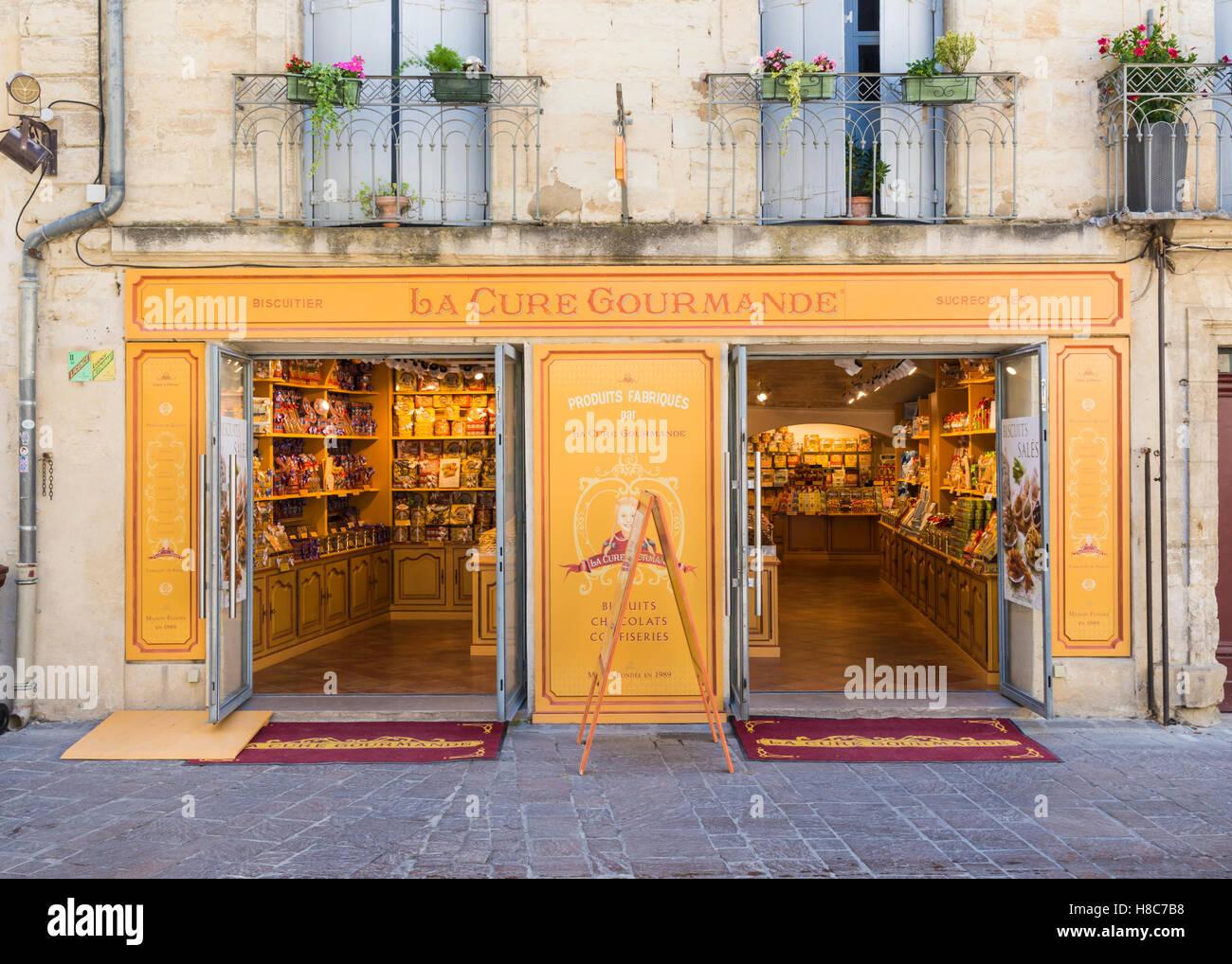 La Cure Gourmande Shop Fassade in der Stadt Uzès, Gard, Frankreich Stockbild