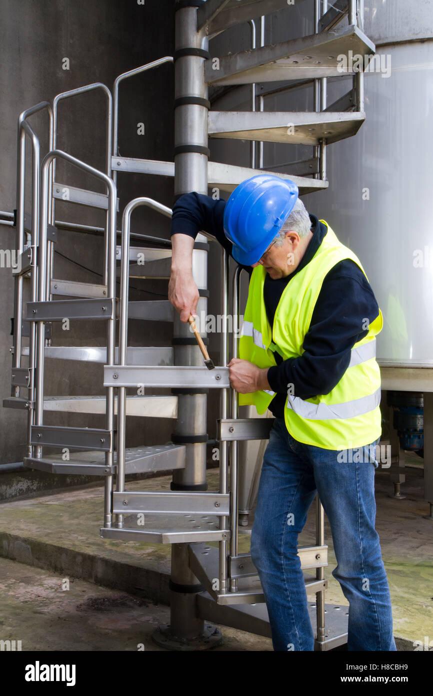 Facharbeiter, wodurch die Wartung in Industrila Räumlichkeiten Stockbild