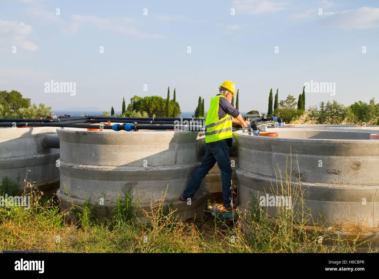 Klempner bei der Arbeit in einer Baustelle Stockbild