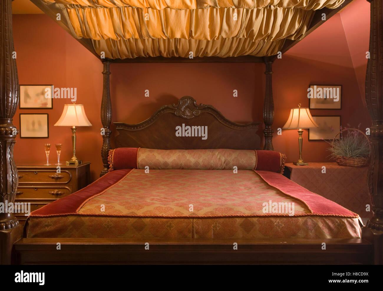 Himmelbett Mit Baldachin Stoff Im Roten Schlafzimmer Stockfoto, Bild .
