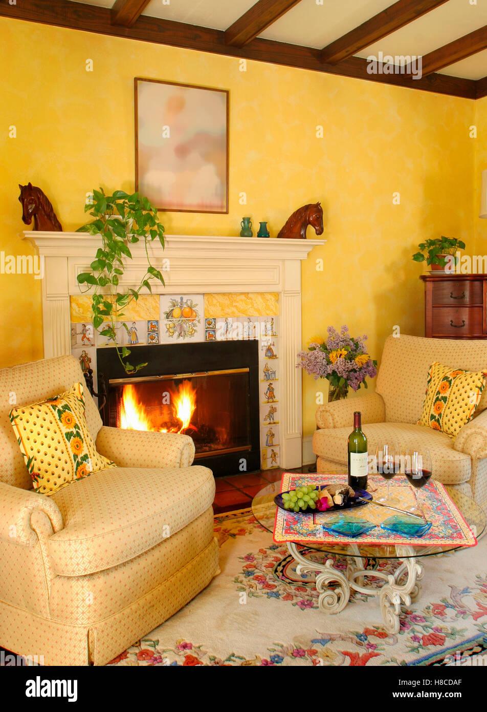 Gelbe Wohnzimmer Mit Kamin, Wein Auf Glastisch Und Sessel Im Provence Stil,  LÕAuberge Provencale Inn, Virginia, USA.