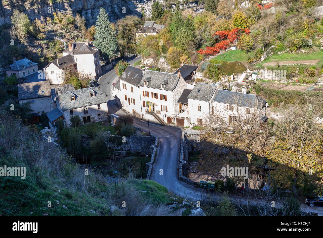 Das Bozouls Loch im Herbst und ein Teil des Dorfes (Frankreich). Das Loch ist eine hufeisenförmige Schlucht Stockbild