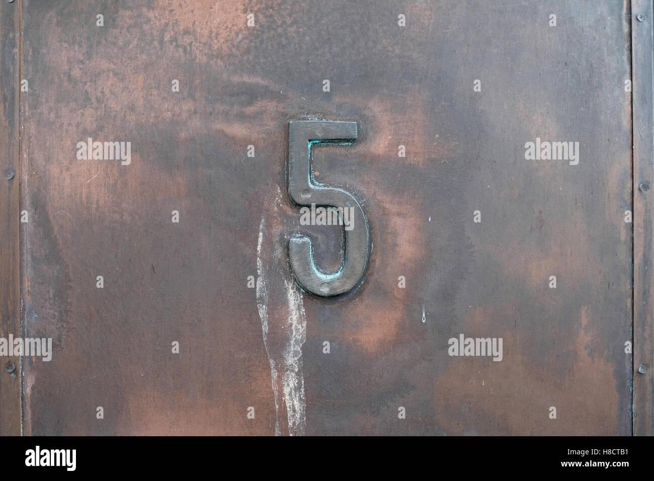 Nummer fünf aus Metall, 5 Stockbild