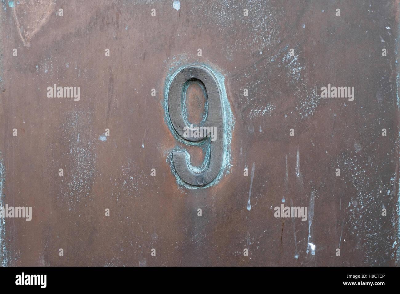 Nummer neun in Metall, 9 Stockbild