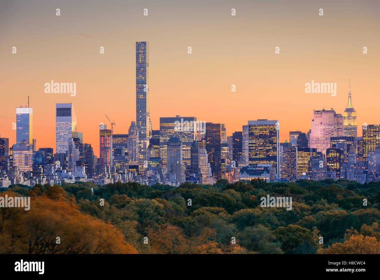 Skyline von New York City über den Central Park im Frühherbst. Stockbild