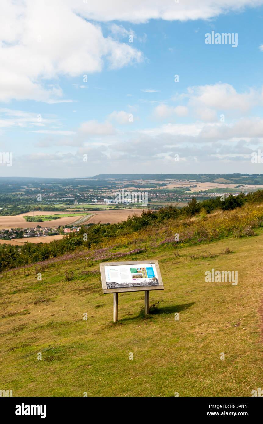 Blick über Weald of Kent von der North Downs Way Bluebell Hügel überqueren. Stockbild