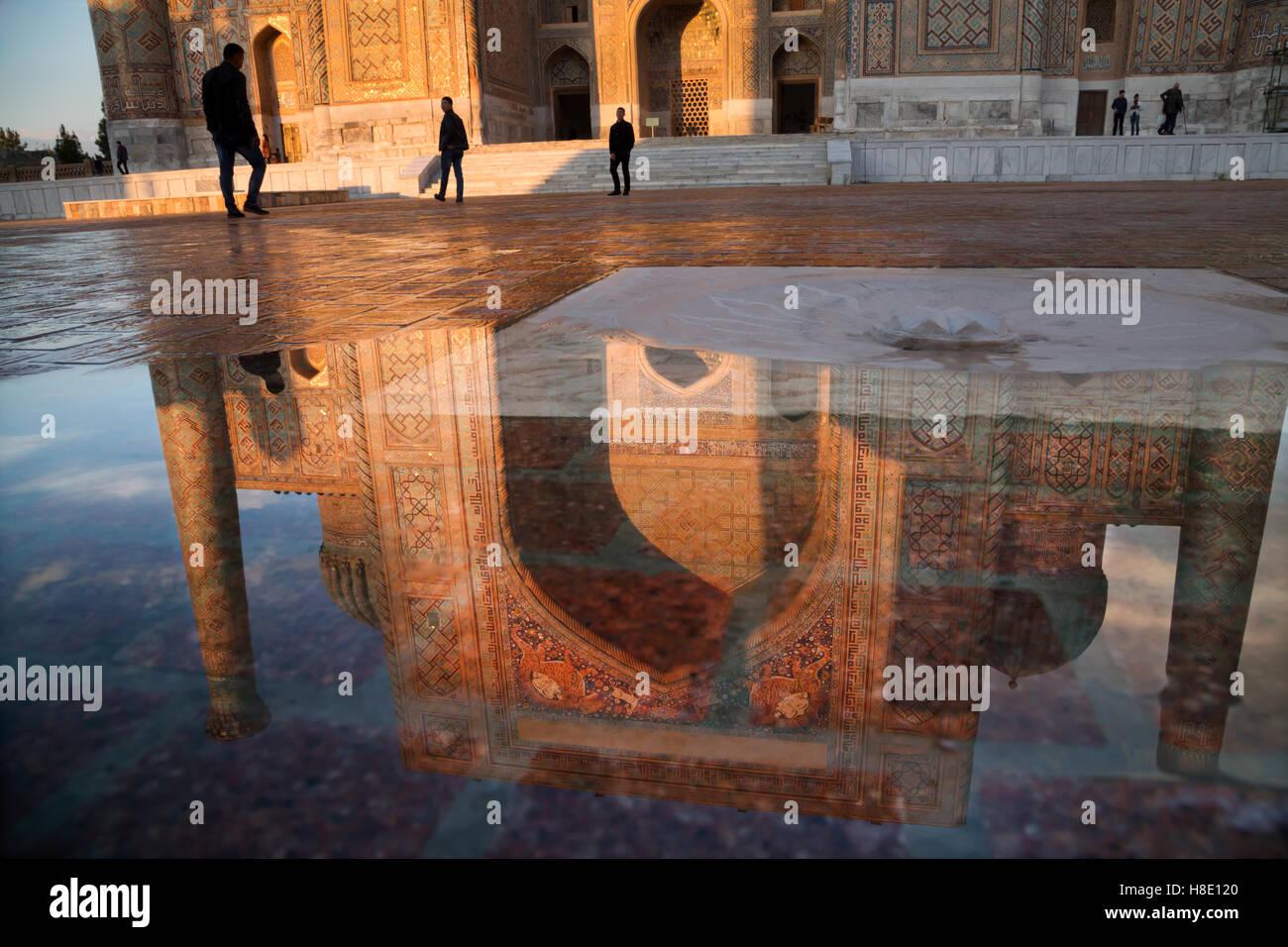 Spiegelung des Wassers der Registan Architektur bei Sonnenuntergang, Samarkand, Usbekistan Stockbild