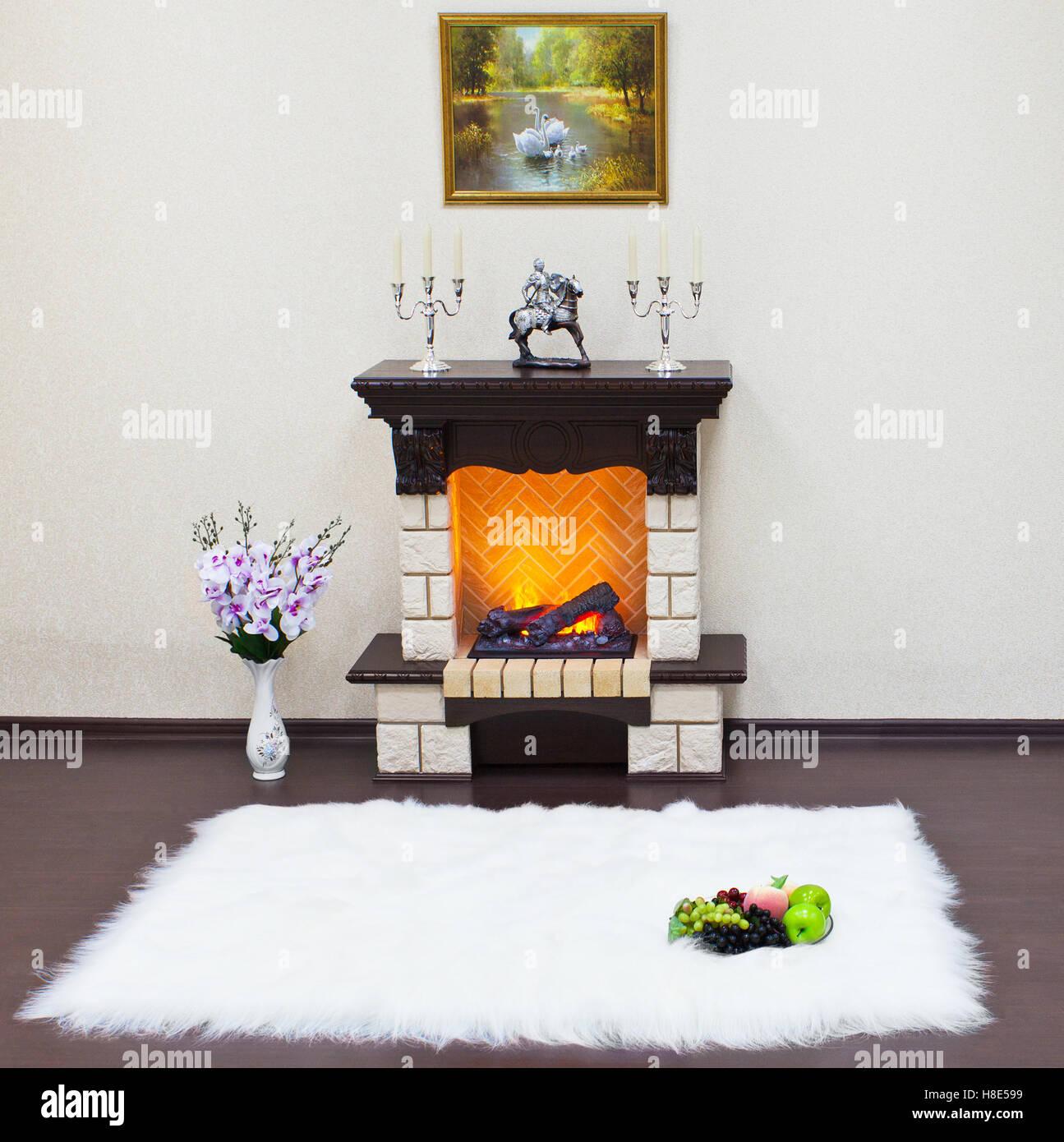 Wohnzimmer Mit Kamin Und Weißes Fell Teppich Innenraum. Das Feuer Im Kamin.  Stockbild