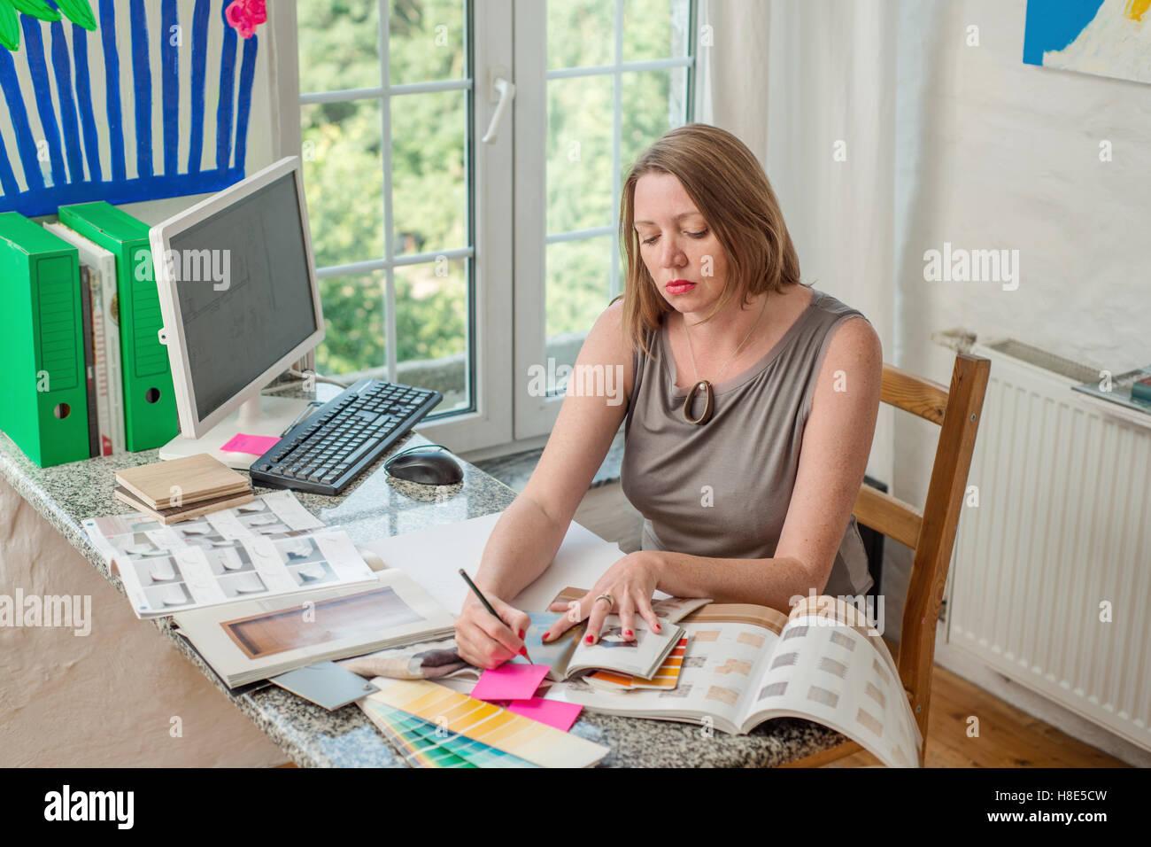 Junge Frau moderner Büroangestellter Stockbild