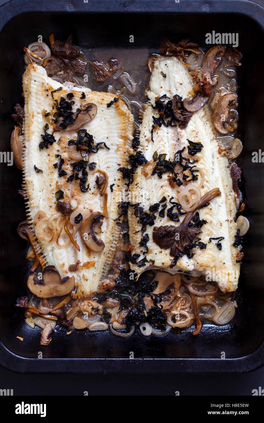 Hot angesäuselt Dover Sohle mit Pilzen, Schalotten und Algen Flocken Stockbild