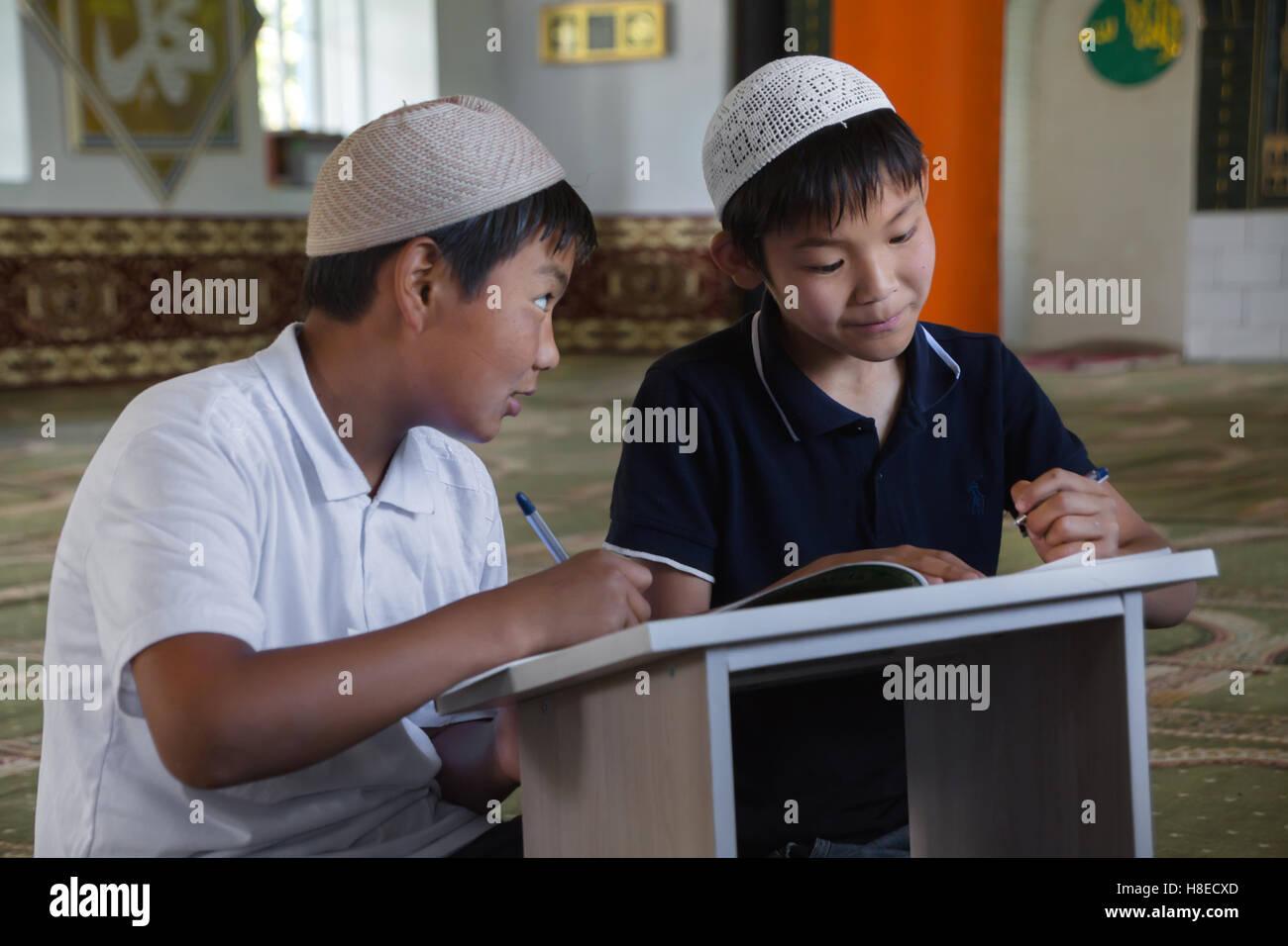 Kirgisistan - Menschen Bilder von jungen am Weg, islamische Schule - Reisen in Zentralasien Stockbild