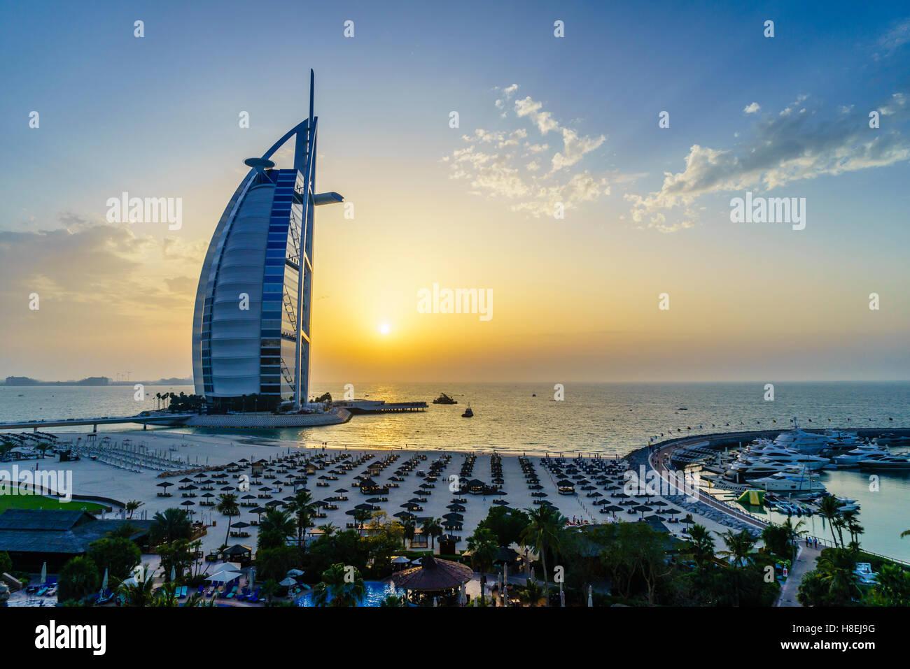 Burj Al Arab, Jumeirah Beach bei Sonnenuntergang, Dubai, Vereinigte Arabische Emirate, Naher Osten Stockbild