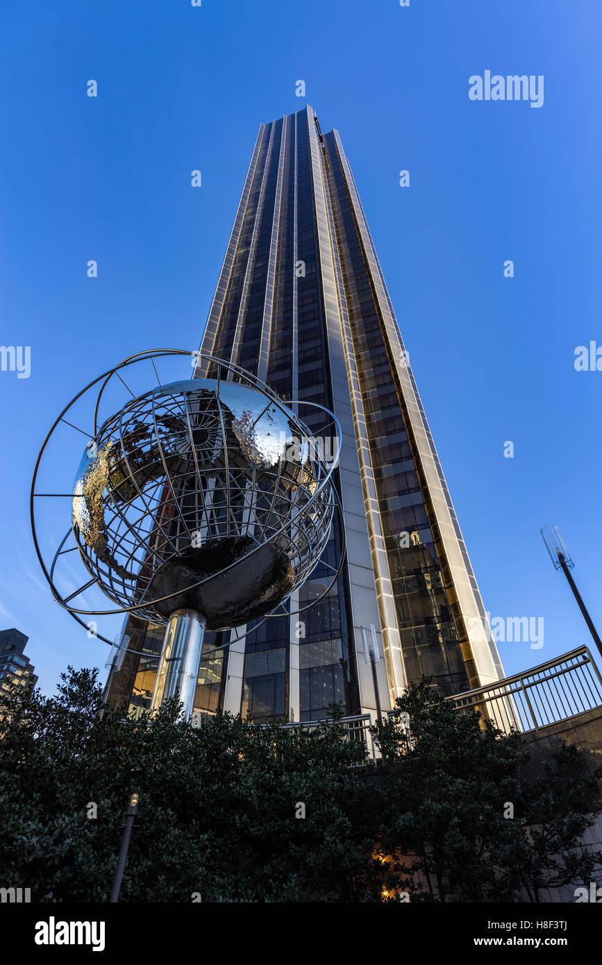 Trump International Hotel and Tower Wolkenkratzer mit Metall Globus Skulptur. Midtown Manhattan, New York City Stockbild