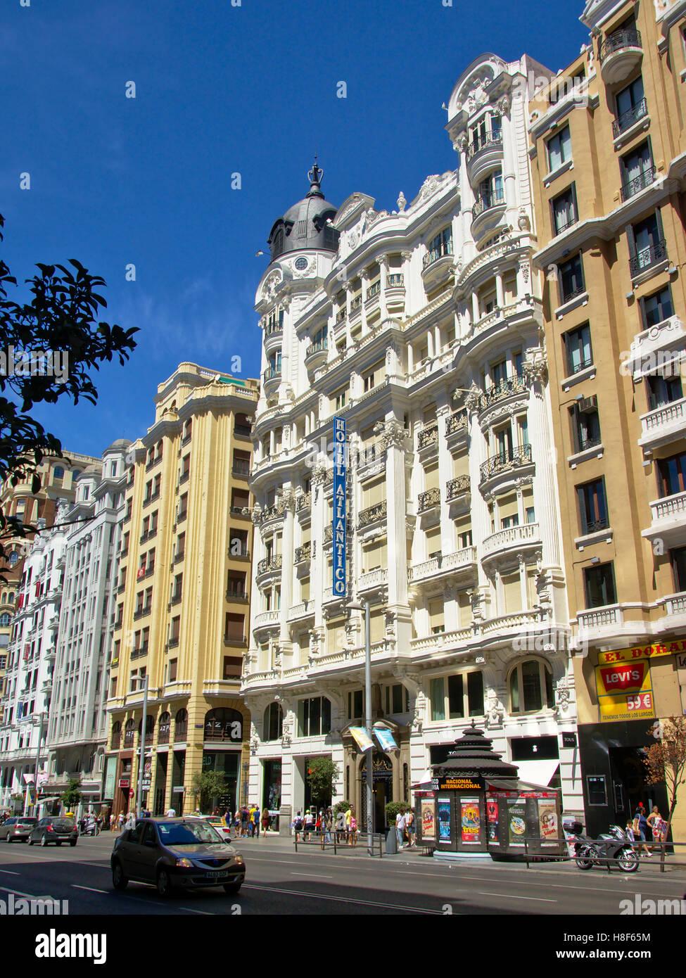 Berühmte Hotel Atlantico im neoklassizistischen Stil an der Gran Via in Madrid, Spanien Stockbild