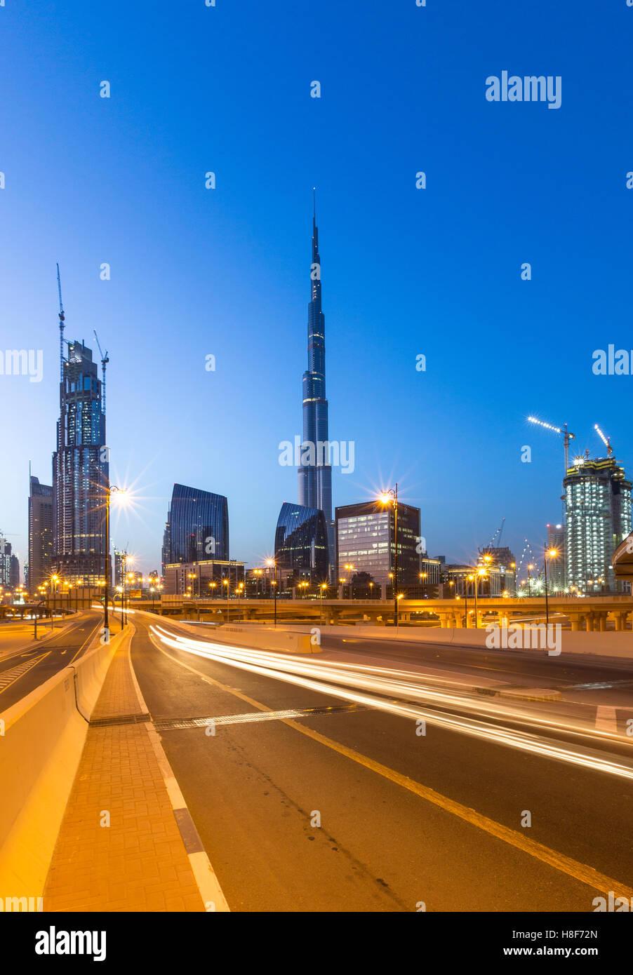 Sheikh Zayed Road Skyline und Burj Khalifa, Dämmerung, Innenstadt, Dubai Stockbild