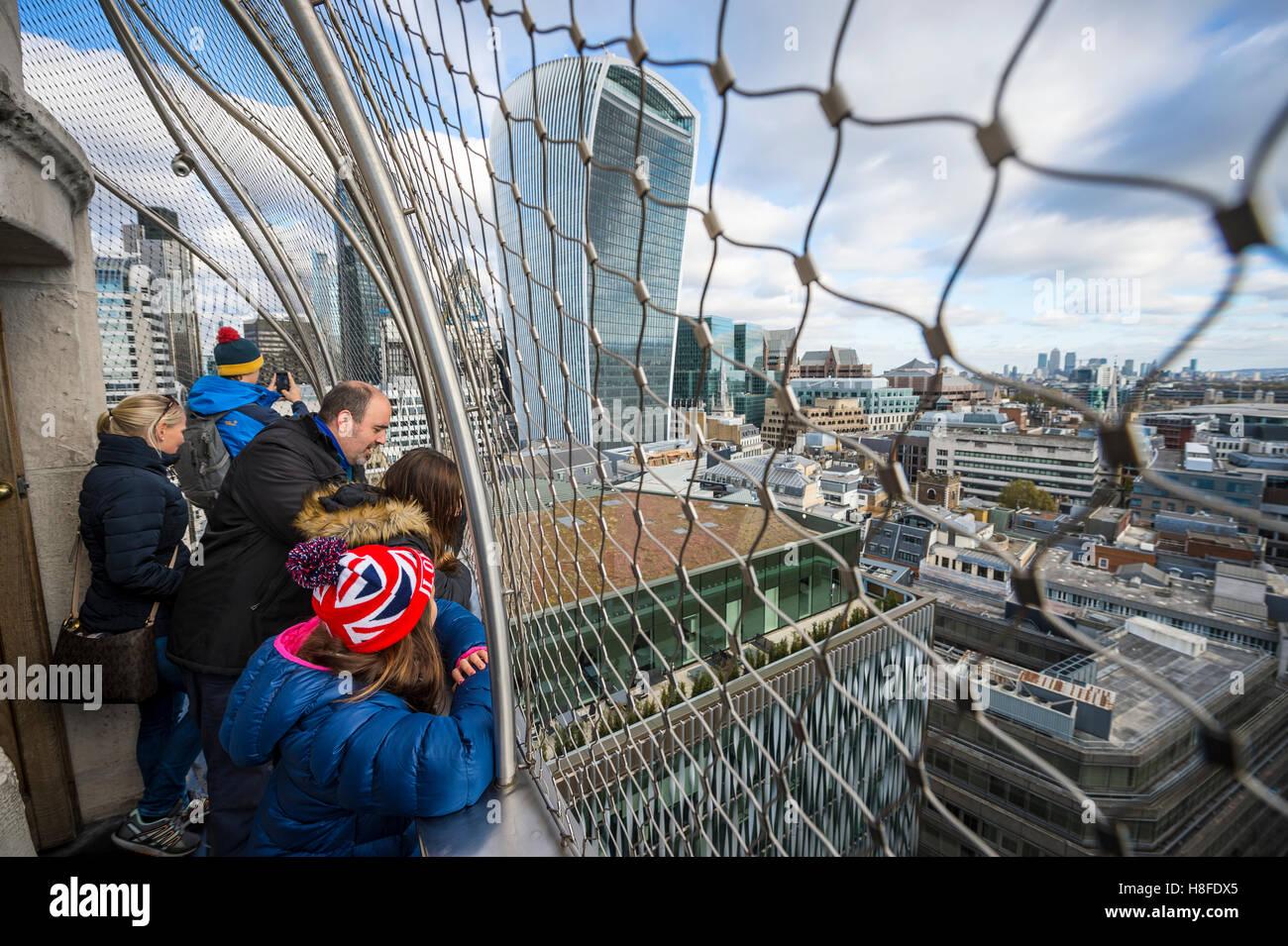 LONDON - 6. November 2016: Besucher bewundern die Aussicht auf die Skyline der Stadt von der Spitze des Denkmals Stockbild
