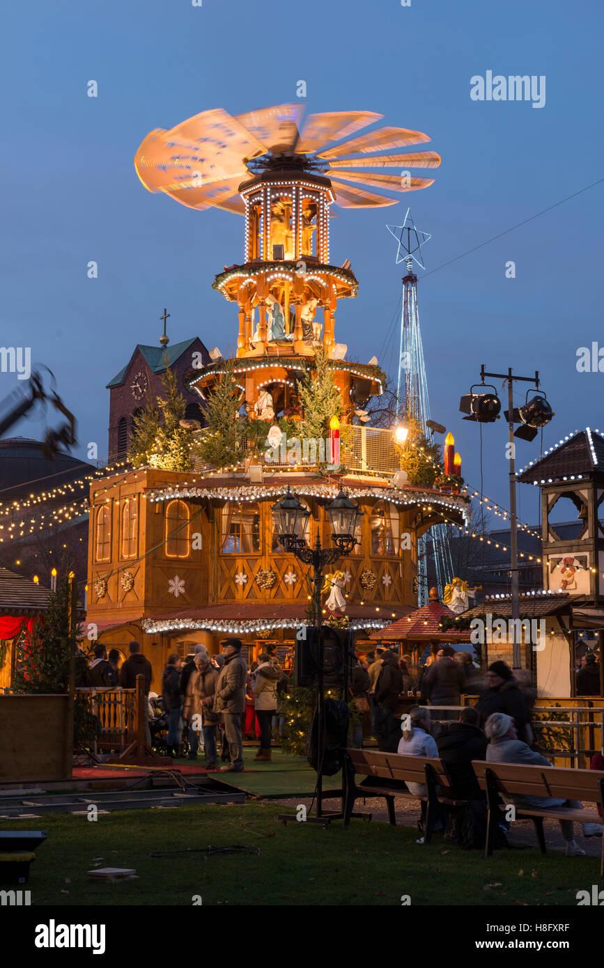 Karlsruhe Weihnachtsmarkt.Deutschland Baden Wurttemberg Karlsruhe Weihnachtspyramide Auf Dem