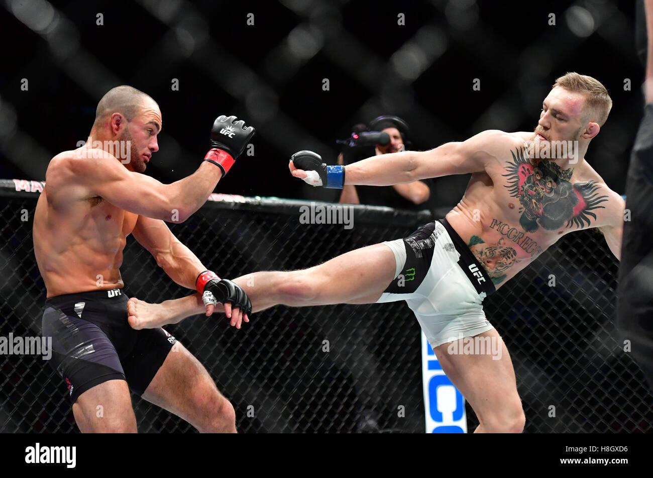 "New York, USA. 12. November 2016. Eddie Alvarez vs. ""Berüchtigten"" Conor McGregor bei UFC 205 im Stockbild"