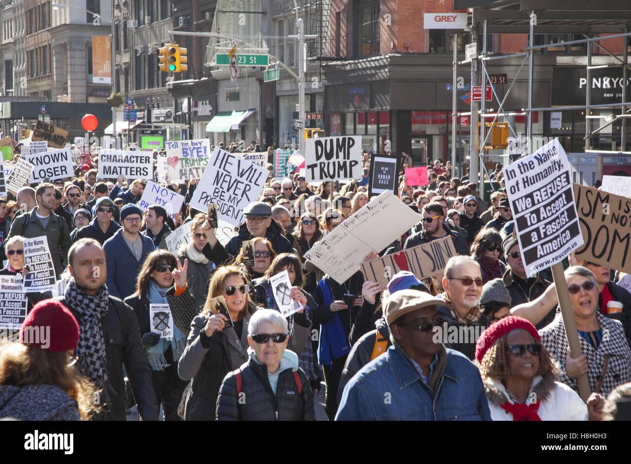 New York, USA. 12. November 2016. Tausende von New Yorkern marschierten vom Union Square, 5th Avenue zum Senden Stockbild