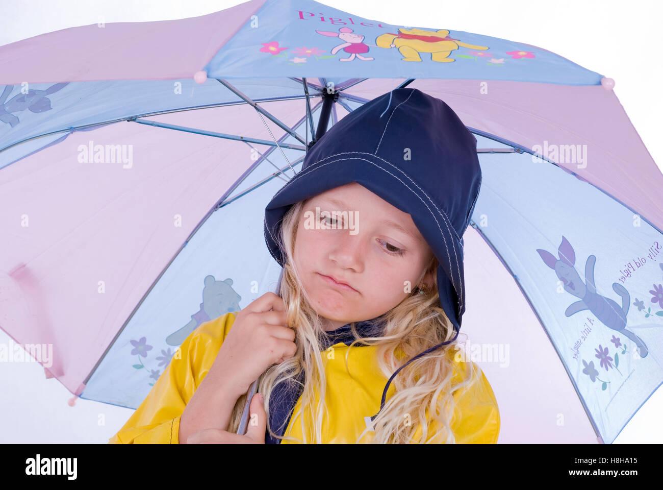 Trauriges Mädchen, 7 Jahre Alt, Mit Regenschirm Stockfoto