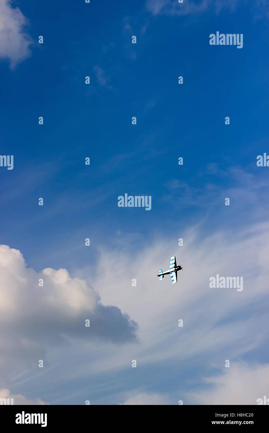 Ferngesteuerte Spielzeugflugzeug gegen blauen Himmel mit weißen Wolken. RC Modellbau Flugzeug fliegen in den Stockbild