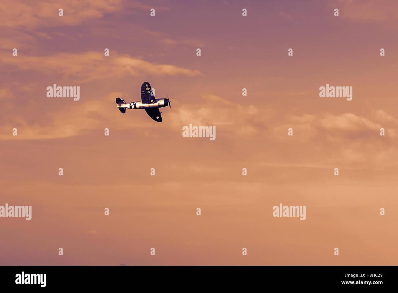 Ferngesteuerte Spielzeugflugzeug bei Sonnenuntergang. RC Modellbau Flugzeug fliegen im Sonnenuntergang. Flugzeug Stockbild