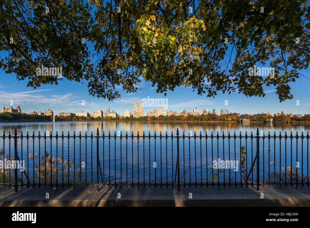 Fallen Sie im Central Park mit Blick auf der Upper West Side von Jacqueline Kennedy Onassis Reservoir. New York Stockbild