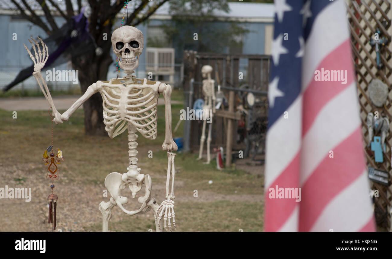 Skelett als Dekoration für Halloween in einer Kleinstadt West Texas verwendet. Stockbild