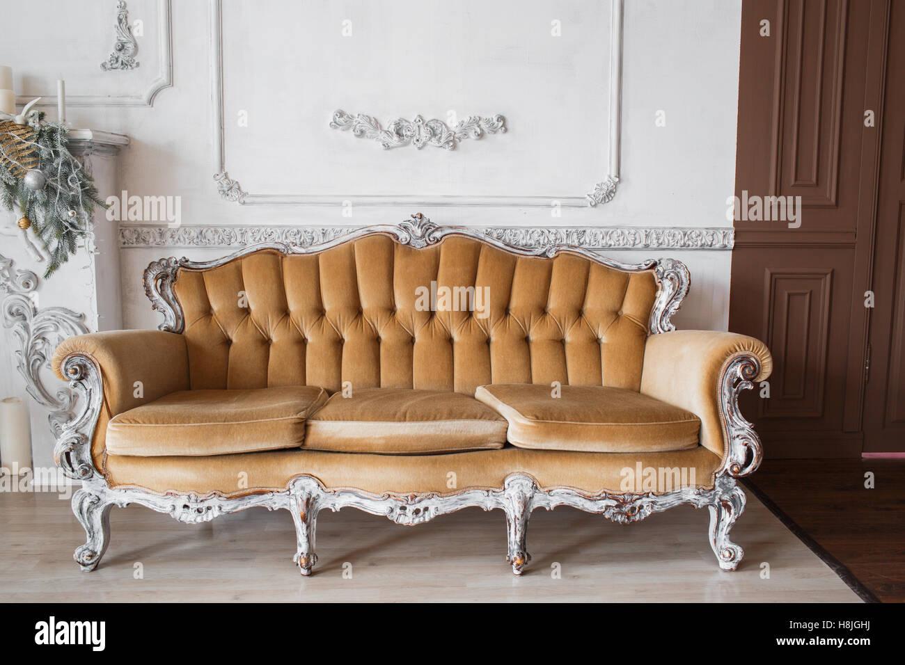 Wohnzimmer Mit Antiken Stilvolle Beige Sofa Auf Luxus Weiße Wand Basrelief  Stuck Zierleisten Jahrgang Designelemente. Schwarz Und Foto.