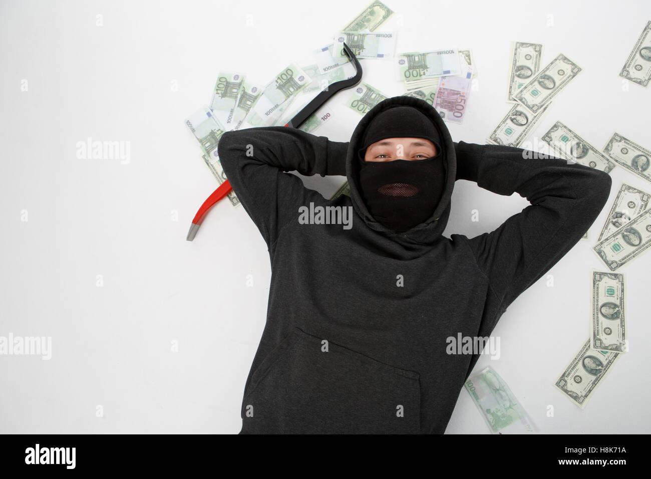 Zufrieden Einbrecher liegt am Boden Stockfoto