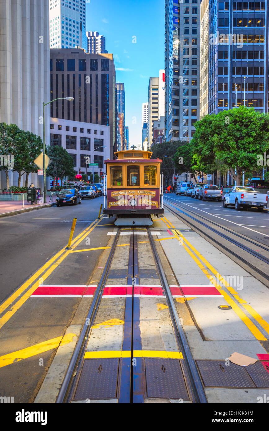 SAN FRANCISCO, USA - 16. Dezember: Passagiere genießen Sie eine Fahrt mit der Seilbahn am 16. Dezember 2013 Stockbild