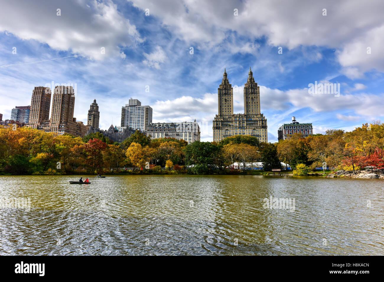 Blick auf Central Park über den See in New York City im Herbst. Stockbild