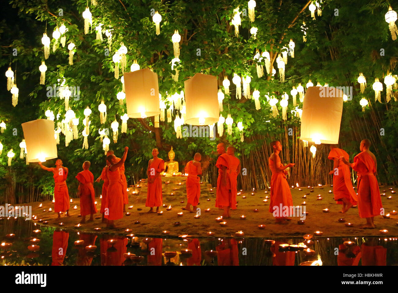 Chiang Mai, Thailand. 14. November 2016. Mönche feiern das Loy Krathong Festival im Tempel Wat Phan Tao, Chiang Stockbild