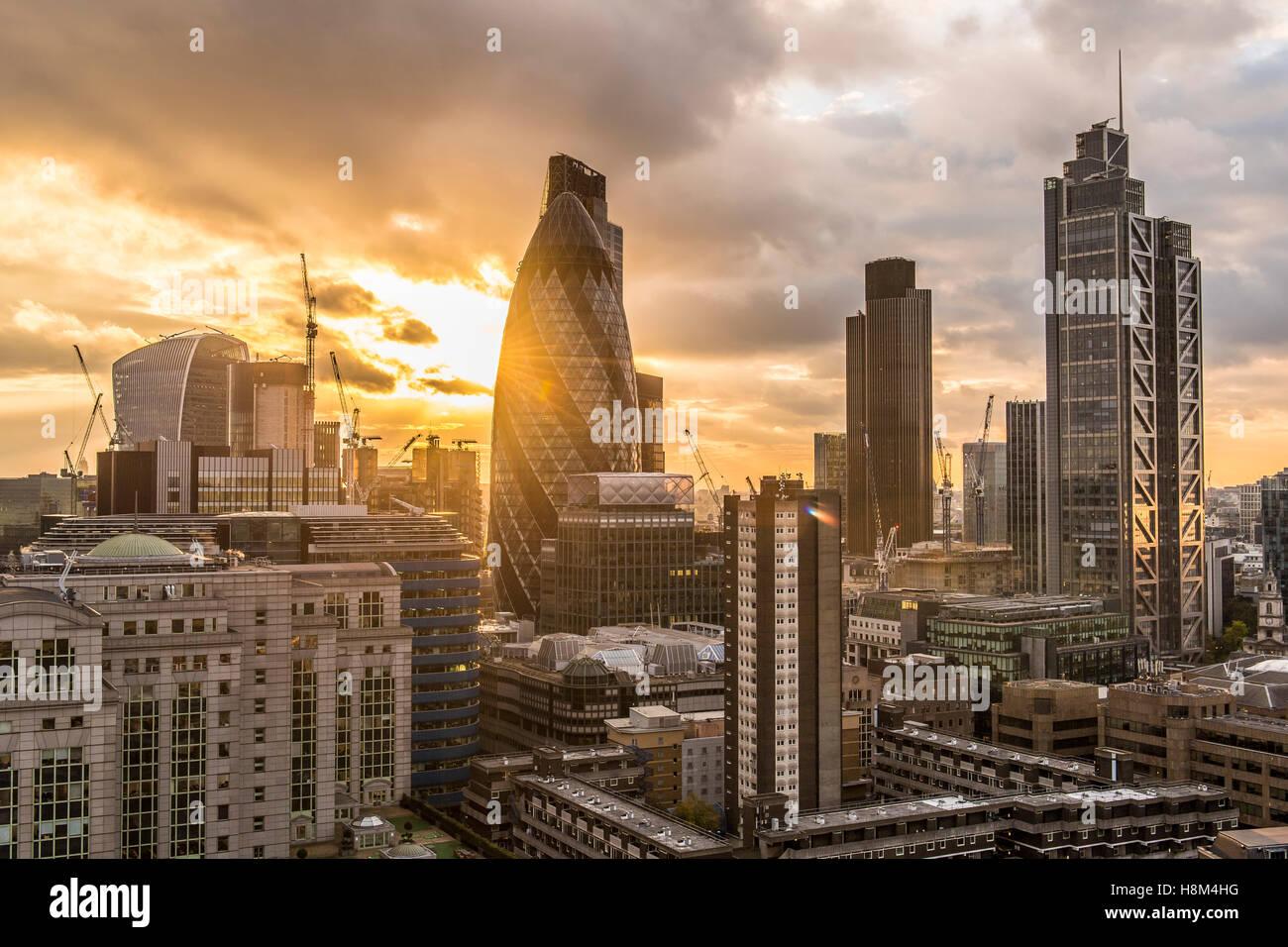 eine Skyline von London, Stadtbild, Hochhaus, Wolkenkratzer Gherkin, Tower 42, Heron-Tower, Nacht, Dämmerung Stockbild