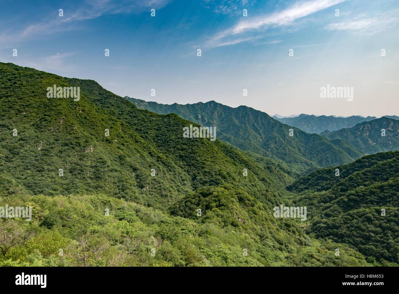Mutianyu, China - Landschaftsblick auf die Bergkette Great Wall Of China. Die Mauer erstreckt sich über 6.000 Stockbild
