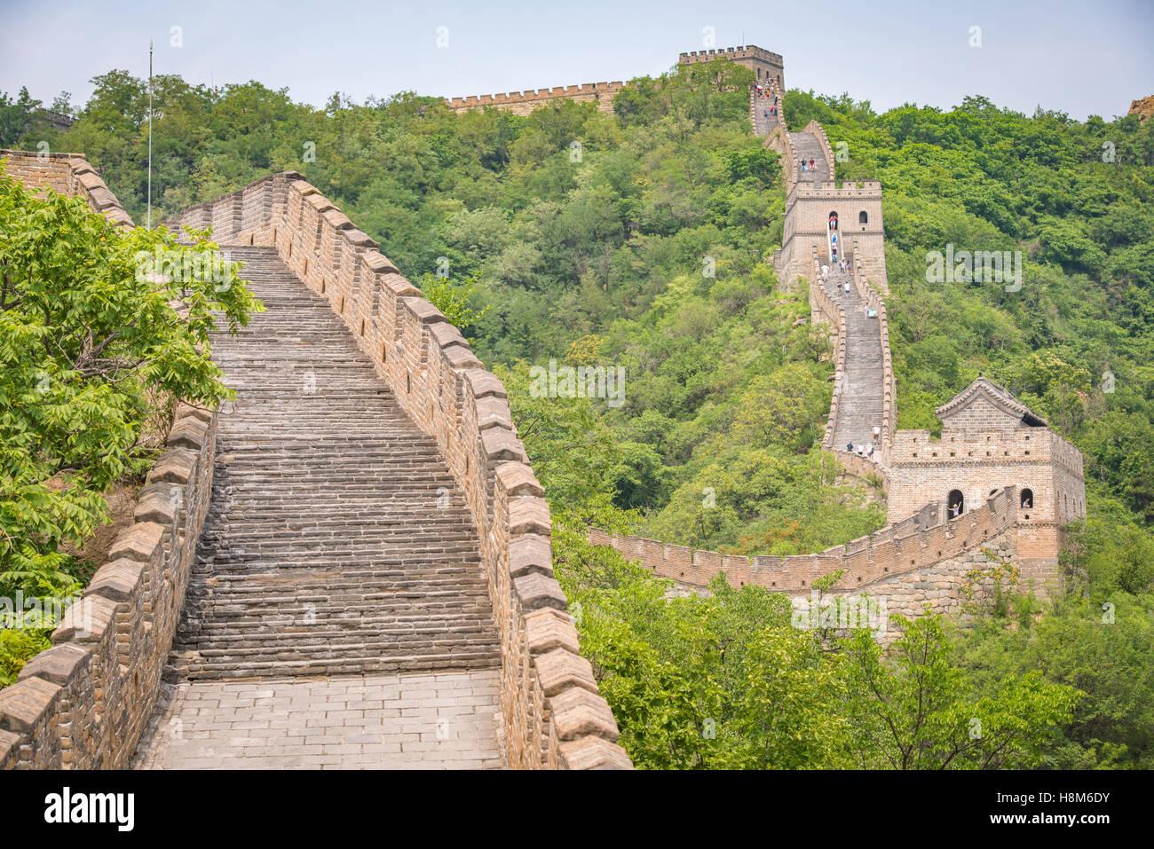 Mutianyu, China - Landschaftsblick auf der chinesischen Mauer. Die Mauer erstreckt sich über 6.000 bergige Stockbild