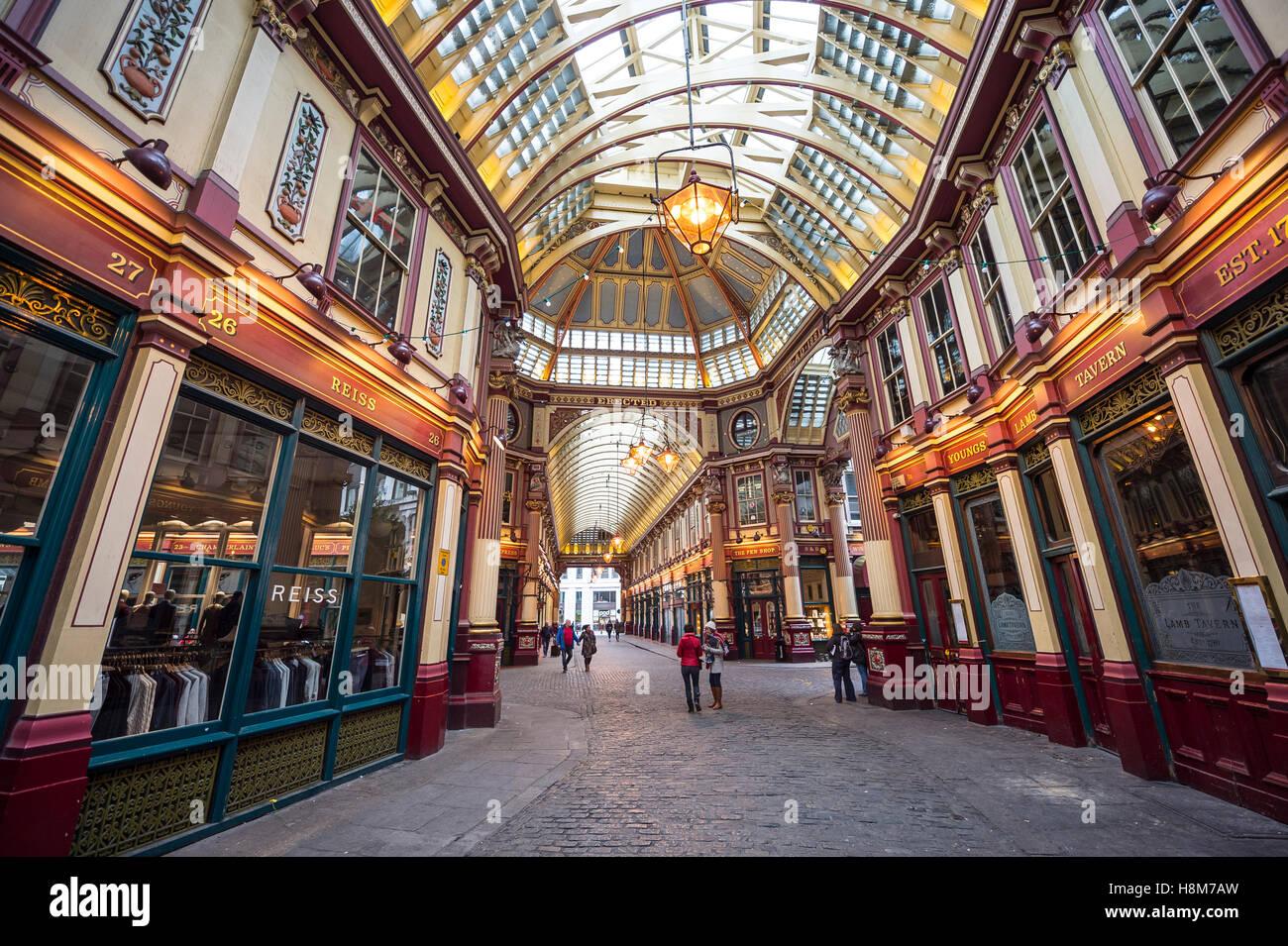LONDON - 3. November 2016: Herbst Licht dringt durch die viktorianischen Arcade Leadenhall Market, erbaut im 19. Stockbild