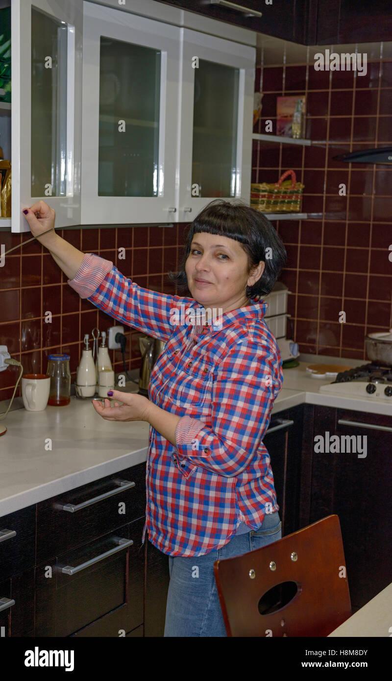 Brünette Milf In Der Küche