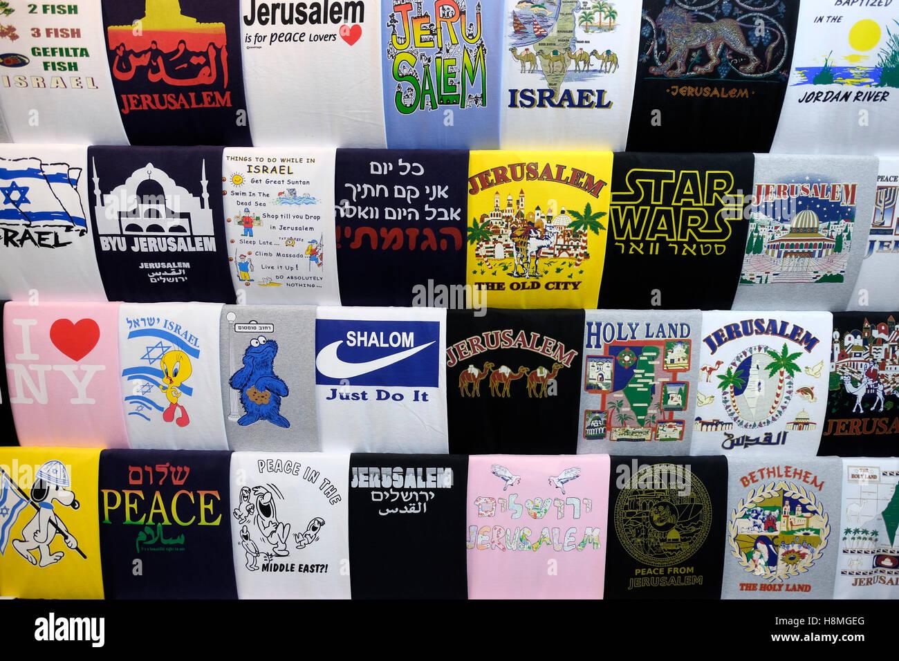 t shirts mit pro israel slogans f r verkauf in einem souvenir shop auf dem markt von der alten. Black Bedroom Furniture Sets. Home Design Ideas