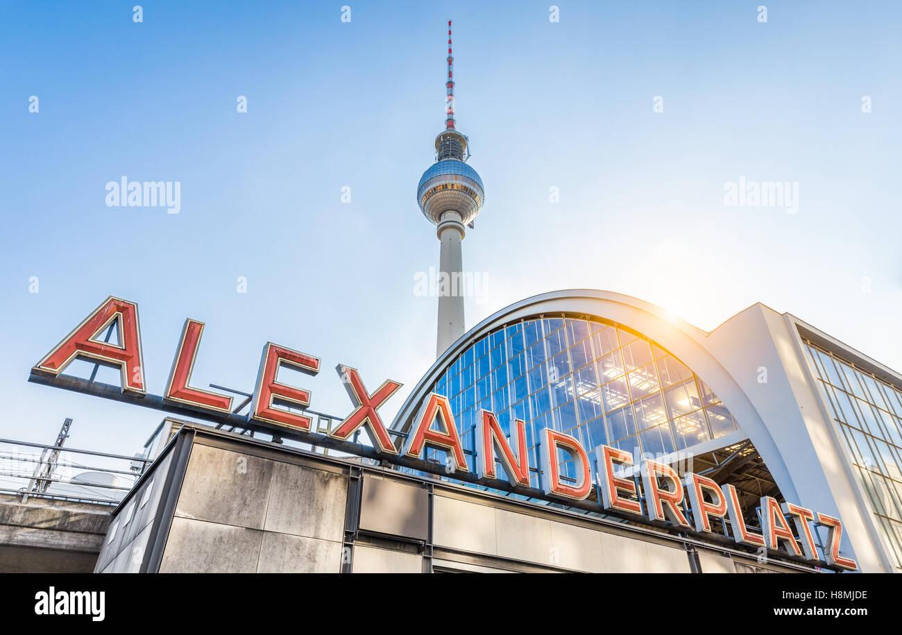 Klassiker im Weitwinkel Alexanderplatz Leuchtreklame mit berühmten Fernsehturm und Bahnhof bei Sonnenuntergang, Stockbild