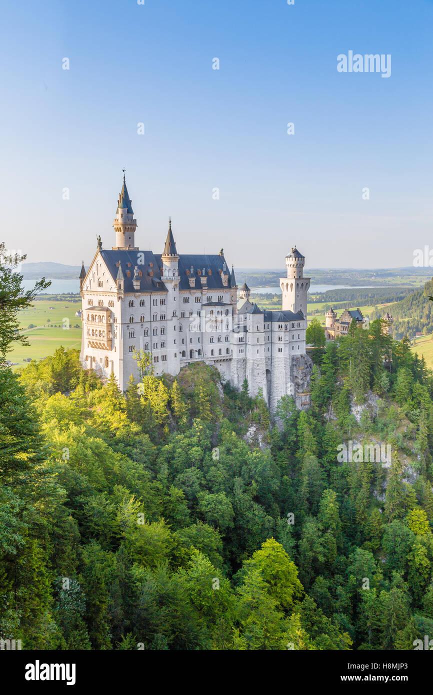 Klassische Ansicht des weltberühmten Schloss Neuschwanstein, einer der meist besuchten Burgen Europas, bei Stockbild