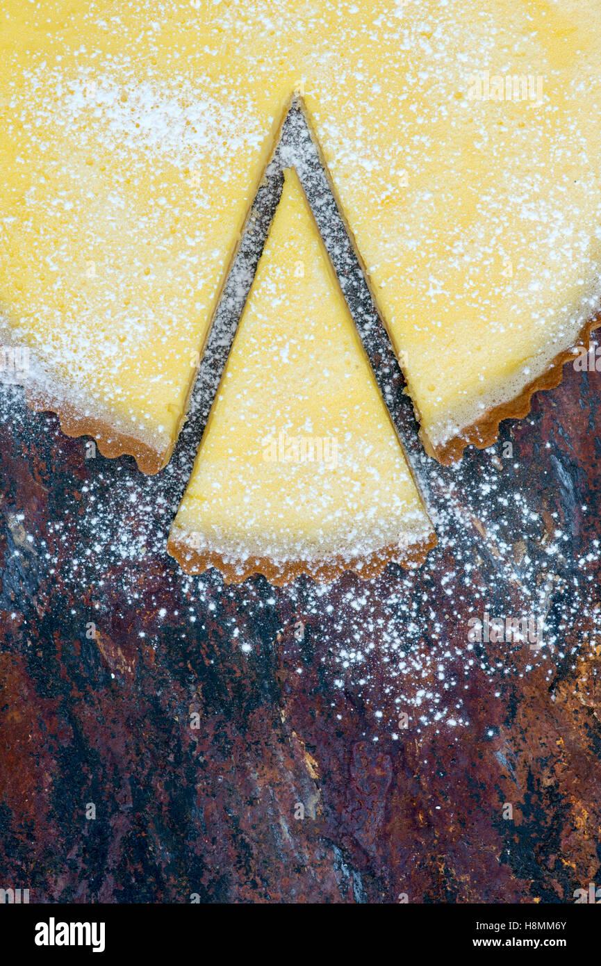 Hausgemachter Zitronentorte auf Schiefer Stockbild